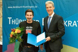 Max Reschke erhält den Thüringer Demokratiepreis von Helmut Holter